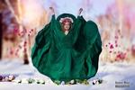 Обои Модель Dasha / Даша в зеленом платье стоит в снегу, с поднятыми руками, среди цветов, фотограф Михаил Базаров