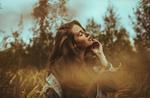 Обои Девушка с веснушками на лице стоит в высокой траве, фотограф Ben Parker