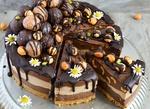 Обои Слоеный торт с фундуком и шоколадной глазурью украшенный цветами ромашек