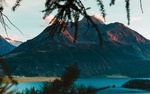 Обои Ветки дерева на фоне горного озера в Швейцарии