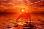Обои Силуэт девушки в море на фоне заходящего солнца, авторское название Медитация, by Gerd Altmann