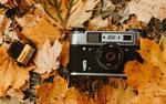 Обои Фотоаппарат и пленка на осенней листве