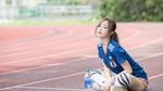 Обои Девушка в спортивной форме сидит на беговой дорожке