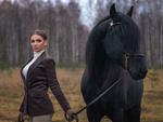 Обои Модель Юлия стоит с черной лошадью на фоне осенней природы, фотограф Ирина Манохина