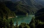 Обои Озеро среди лесистых гор