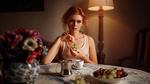 Обои Модель Катя с виноградом в руке сидит за столом. Фотограф Георгий Чернядьев