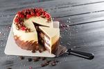 Обои Слоеный торт с шоколадной и белой глазурью украшенный ягодами