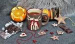 Обои Новогодний натюрморт с чашкой чая, шоколадом, игрушками и апельсином