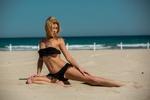 Обои Девушка в черном кружевном купальнике позирует на пляже