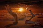 Обои Громадные руки, появившиеся из песков пустыни, воздушный шар в закатном небе, фантасмагория, by Solomon Barroa