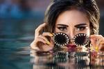 Обои Модель Yuni Cabral с гламурными очками в воде