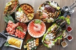 Обои Японская кухня: изобилие блюд с ассорти из мяса, морепродуктов, специй и овощей, вид сверху