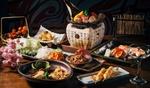 Обои Японская кухня: блюда с ассорти из морепродуктов, икра, овощи, шашлычки, суп и букет розовой сакуры в изысканной сервировке