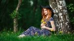 Обои Модель Anastasia Zhilina / Анастасия Жилина в черной шляпе и в длинном платье позирует, сидя с букетом одуванчиков в руках под деревом, фотограф Alexandr Chuprina