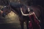 Обои Модель Валентина Чижова в бордовом платье стоит рядом с лошадью, фотограф Алина Мур