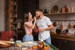 Обои Влюбленные Настя и Миша на кухне. Фотограф Бармина Анастасия