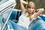 Обои Певица и модель Taylor Swift позирует в авто кабриолете