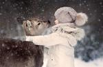 Обои Девочка обнимает косулю на фоне падающего снега / Привет, маленький друг, фотограф Катерина Крутикова