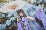 Обои Девушка с зонтом стоит на фоне кустов гортензии