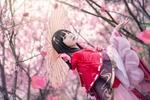 Обои Темноволосая девушка с зонтом в цветущем саду