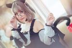 Обои Девушка с плюшевыми кошачьими ушками и хвостом поправляет очки
