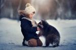 Обои Мальчик и енот под падающим снегом / Первая встреча, фотограф Анастасия Кучина