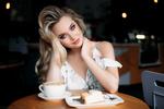 Обои Модель Анна сидит за столиком в кафе, фотограф Иван Проскурин