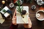 Обои В руках человека новогодний подарок