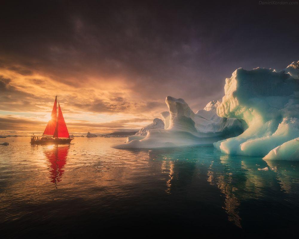 Обои для рабочего стола Парусник с алыми парусами у айсберга, Гренландия, фотограф Даниил Коржонов