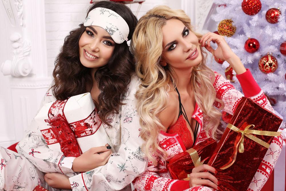 Обои для рабочего стола Блондинка с брюнеткой у новогодней елки