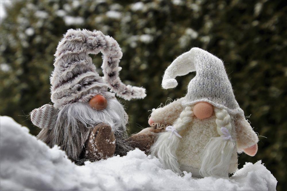 Обои для рабочего стола Два гнома сидят на снегу на размытом фоне, автор pasja1000-Julita