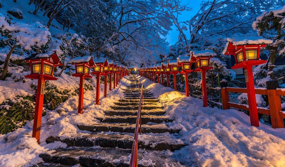 Обои для рабочего стола Зимняя красота в Kyoto, Japan. Kifune Shrine / Киото, Япония. ступеньки к храму Кифунэ. Фотограф Hasan Jakaria