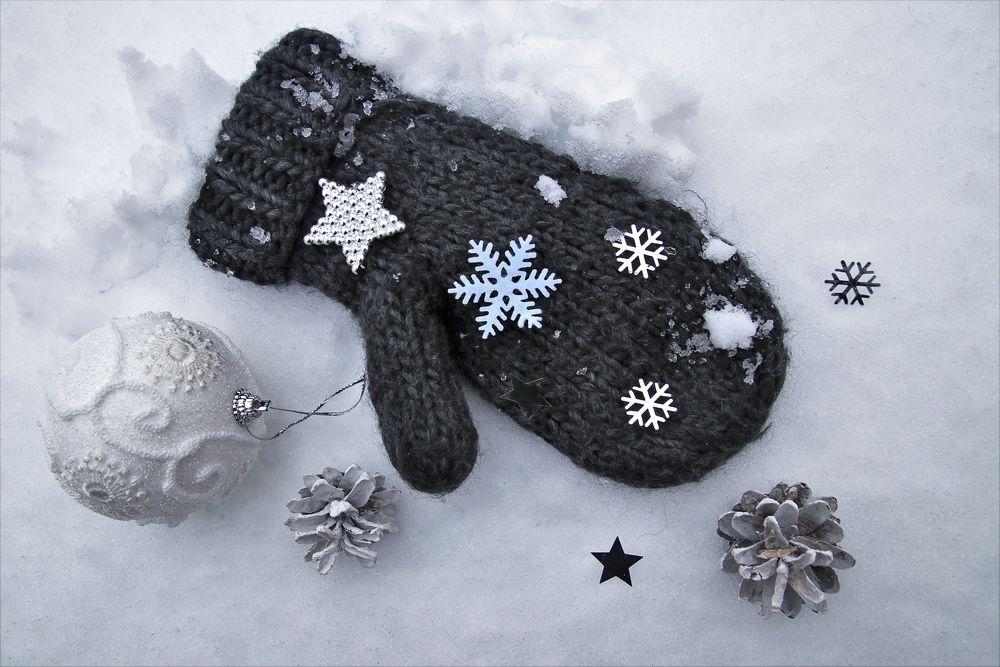 Обои для рабочего стола Варежка со снежинками лежит на снегу