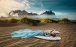 Обои Девушка с крыльями ангела лежит на песке. Фотограф Ренат Хисматулин
