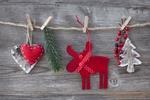 Обои На веревочке подвешены на прищепках сердечки, олень, елка и хвойная веточка