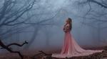 Обои Девушка в длинном розовом платье стоит на осенней листве на фоне деревьев в тумане, by Илья Игошев