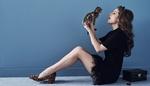 Обои Модель Anna Kendrik позирует с котенком, сидя на полу, by Steven Pan