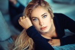 Обои Девушка -блондинка Cassandre на постели, фотограф Lods Franck,