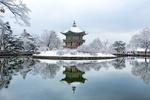 Обои Gyeongbok Palace, дворцовый комплекс Кенбоккун, Сеул, Корея / Korea, зимний пейзаж с прудом и павильоном