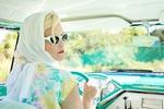 Обои Девушка в очках и платке за рулем авто