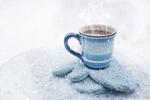 Обои Чашка горячего кофе стоит на варежках