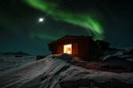 Обои Домик под ночным небом с северным сиянием, by Adnan Bubalo