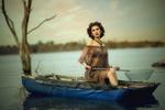 Обои Девушка сидит в лодке в ожидании золотой рыбки