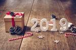 Обои Цифры 2019 на досках среди шишек, сладостей, снежинок и подарка