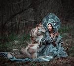 Обои Девушка-красавица Ксения в кокошнике сидит рядом с волками, фотограф Мария Липина