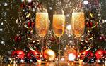 Обои Три бокала с шампанским перед новогодними ветками елки с шарами и мишурой