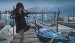 Обои Девушка стоит на лодочной станции