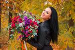 Обои Брюнетка с цветами в осеннем лесу