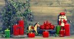 Обои Новогодние свечи, игрушки и щелкунчик стоят у новогодней ветки