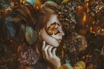 Обои Модель Клара Шлехтова с бабочкой на лице, фотограф Маркета Новак